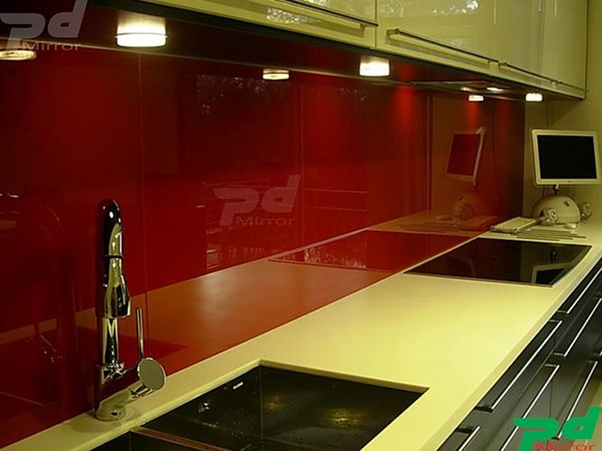 Lắp đặt kính màu ốp bếp tại Q2