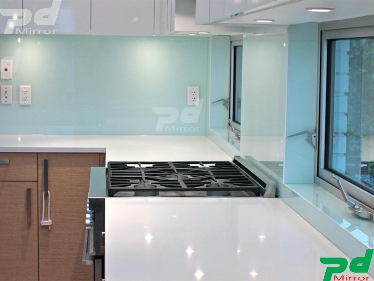Lắp đặt kính màu ốp bếp tại Q10