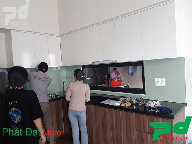 Lắp đặt kính màu ốp bếp tại huyện Củ Chi