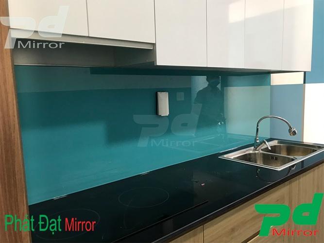 Lắp đặt kính màu ốp bếp tại Q12
